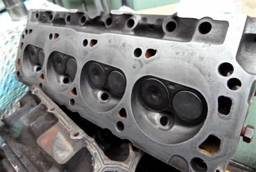 Einer der frisch bearbeiteten Zylinderköpfe mit polierter Dichtfläche und nagelneuen Ventilen.