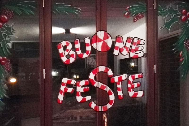 Decorazione natalizia su vetrina