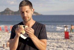 Provando um sanduba na praia do Rio de Janeiro
