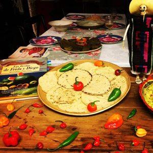 Tortillas prontas pra serem devoradas... Ao lado esquerdo, o meu livro Fiestas de Frida Y Diego