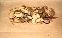 Cogumelos, sal e pimenta do reino