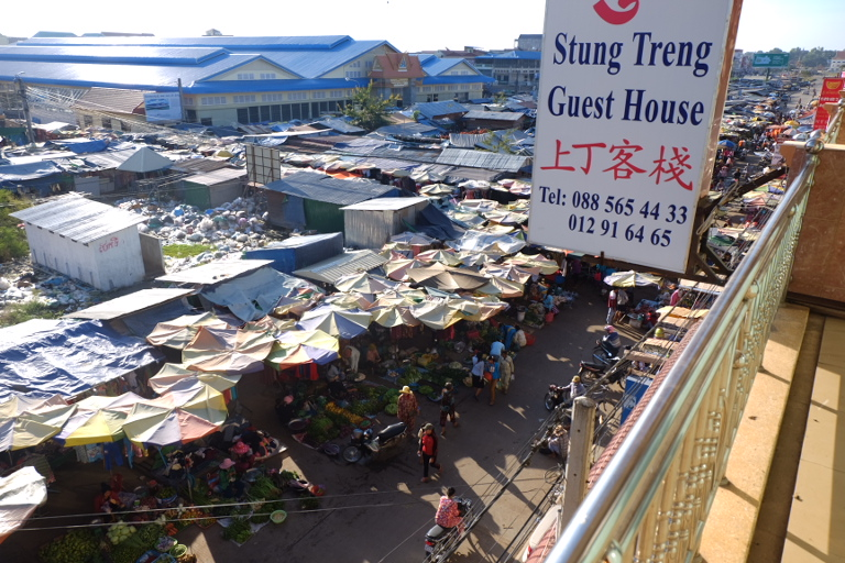 Markt + afvalberg in Stung Treng