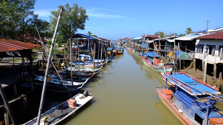 Vissershavens in de dorpjes langs de kust