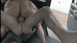 Loira safada fodendo gostoso no taxi