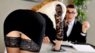 Fodendo a secretária gostosa e sua amiga safada