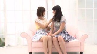 Duas gatinhas japonesas fodendo