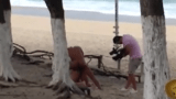 Flagra de filme porno sendo gravado na praia