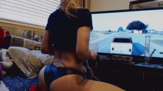 Novinha ficando nua e pelada ao jogar GTA
