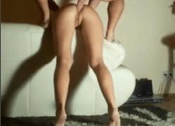 Novinha com a bunda empinada dando o cuzinho
