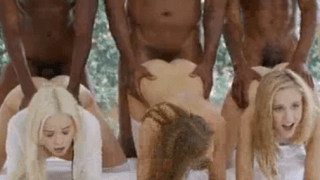 Três novinhas nuas sentando na rola de negões dotados