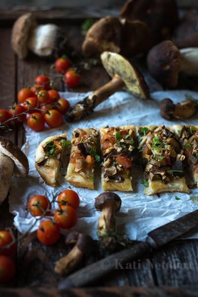 Coca (spanische Pizza) mit Waldpilzen,Tomaten und Zwiebeln. Vegan.