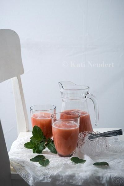 Rhabarber-Erdbeer-Smoothie mit frischer Minze.