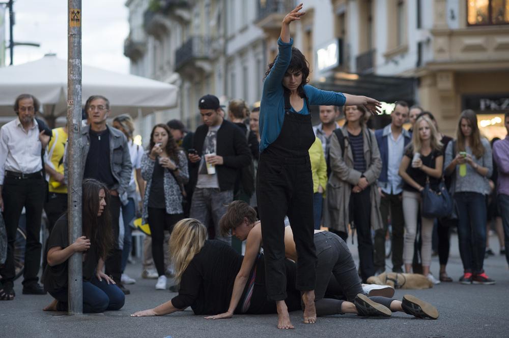 performance a Bienne lors de la 12eme exposition Suisse des Sculpture (ESS), Le Mouvement, performing the city, ce mardi 26 aout 2014 a Bienne (Meyer&Kangangi
