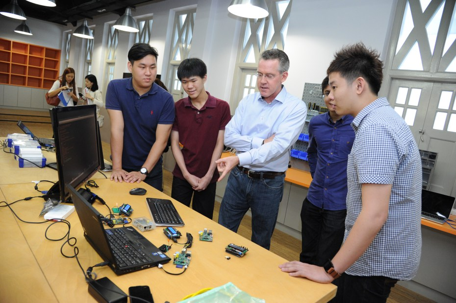 Steve Leonard (center) talks to young entrepreneurs in Singapore's IDA Labs.
