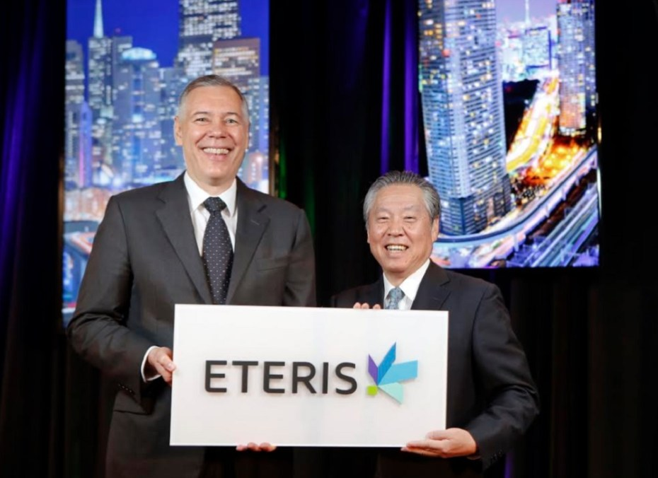 Gary Dickerson of Applied Materials and Tetsuro Higashi hold Eteris logo.