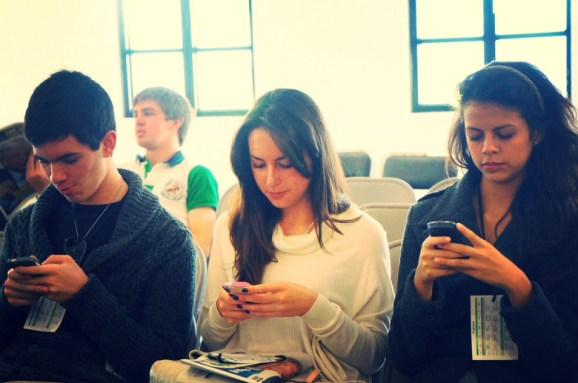 people-smartphones-esther-vargas-flickr