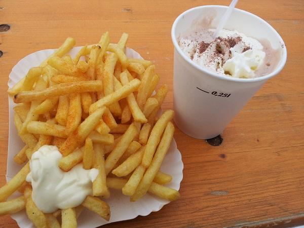 Patat met mayo... en hier op de foto met warme chocomel. Dit was de enige foto met patat die ik kon vinden. Heb de foto ooit gemaakt toen ik in Oostenrijk woonde en waar we op zondag vaste prik hadden om patat met mayo (en paprikapoeder... heerlijk) te eten