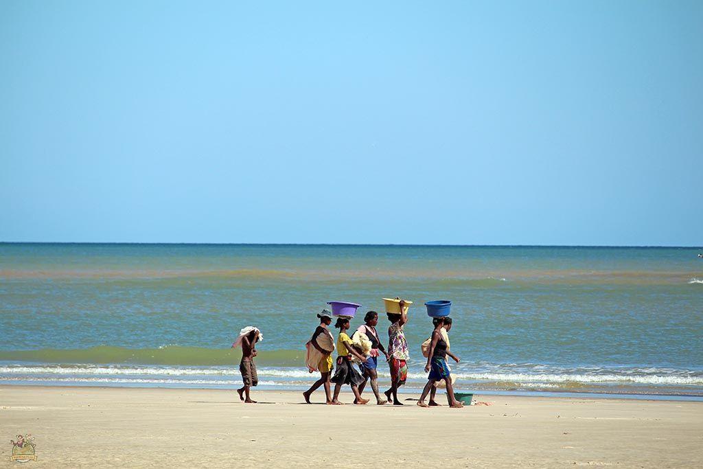 Grupo de mujeres paseando por la playa de Morondava después de separar el pescado