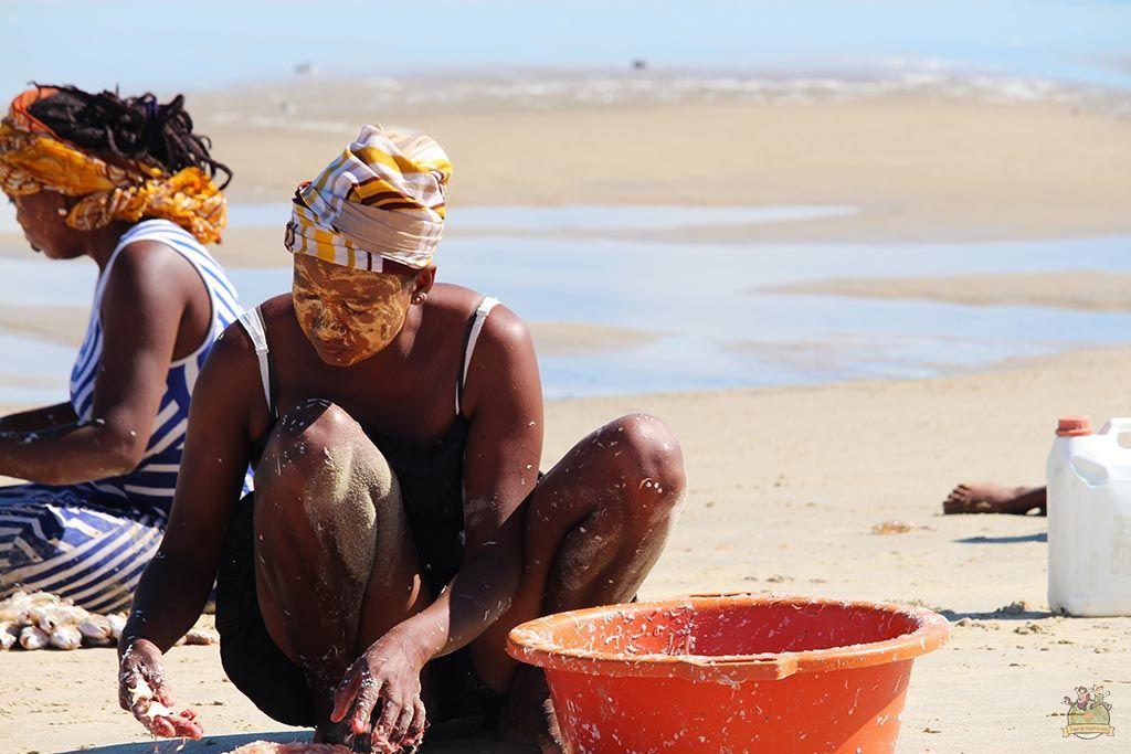Mujer seleccionando pescado en la playa de Morondava