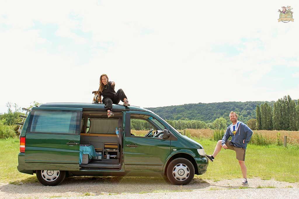 Familia al completo en la ruta por Francia en furgoneta