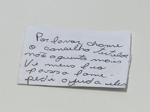 Mãe abandona os 2 filhos em quintal de casa em Santa Catarina