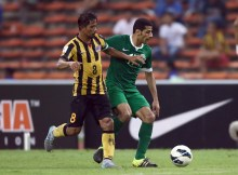KUALA LUMPUR, MALAYSIA - SEPTEMBER 08: Taiseer Al Jassam #17 of Saudi Arabia battles with Safiq Rahim of Malaysia during the 2018 Russia FIFA World Cup and 2019 UAE Asian Cup Preliminary Round 2 joint qualifying match between Malaysia and Saudi Arabia at the Shah Alam Stadium on September 8, 2015 in Kuala Lumpur, Malaysia.  (Photo by Stanley Chou/Getty Images)