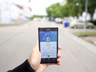 59471763 - velika gorica, croatia- july 15, 2016 : a gamer using a smartphone to play pokemon go in velika gorica, croatia. pokemon go is a free-to-play augmented reality mobile game developed by nintendo.