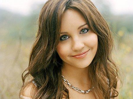 Como muitos outros astros infantis, Bynes começou como uma menina bonita, de aparência saudável com os olhos que transmitem inteligência.