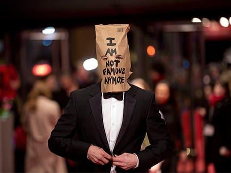 """La gente todavía se pregunta por qué Shia apareció con esta bolsa en la cabeza, ya que no parece ser parte de un """"plan de marketing inteligente"""" o algo de los géneros."""