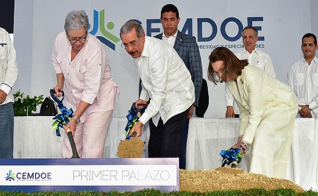 Danilo da primer picazo construcción del centro médico CEMDOE