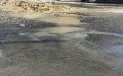 Fuga de agua en calle del Campechito daña vía recién asfaltada.