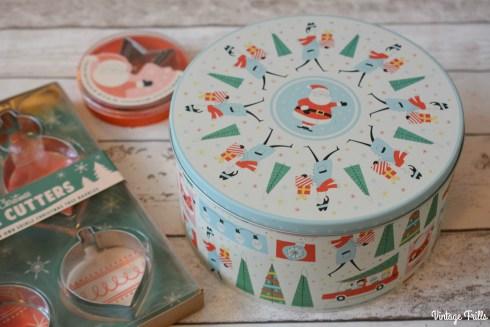 dot-com-gift-shop-christmas-cake-tin