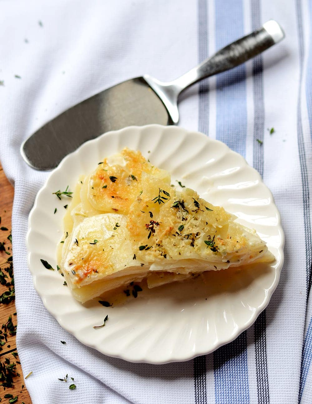 Lemon Thyme Potatoes au Gratin are filled with savory, sharp lemon flavor. This dish is also creamy and loaded with fresh garlic, thyme and Parmesan cheese making it a rich and complex side dish. | vintagekitty.com