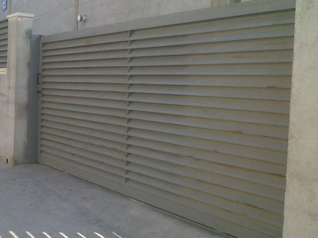Puerta corredera de lamas vinuesa vallas cercados for Puerta corredera exterior jardin