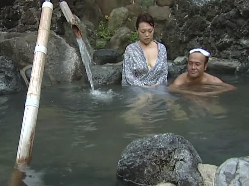 (風呂・混浴の巨にゅうムービー)色欲ハンパない肉欲美巨乳お乳奥さんが中年男挑発して露天風呂でドえろいセックス