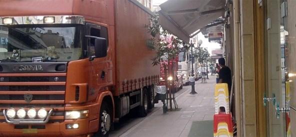 Αναστάτωση από τα φορτηγα στη Φορμίωνος