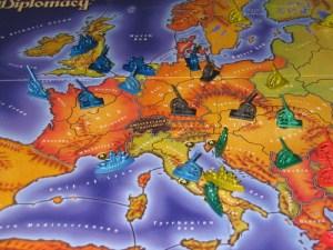 Francia:... entonces, si ataco a los ingleses, puedo desplazarlos fuera de Holanda, siempre que los alemanes ataquen a los italianos en Trieste en el momento en que los turcos los mantengan fijados y no muevan sobre Roma... Si, esto debería ser sencillo.