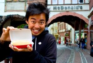 Esto sí que es lo nunca visto... ¡un chino comiendo un McRib!