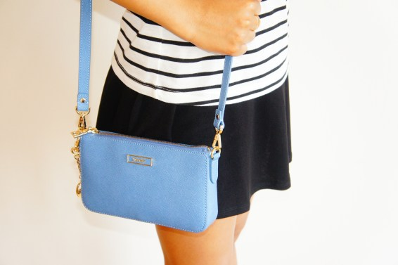 how to style a blue bag