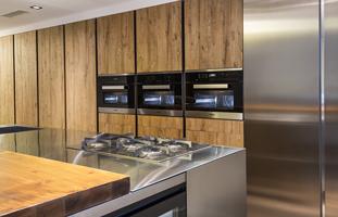 cocina de diseño en acero y madera