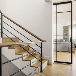 10-escalera-hormigon-madera-vista-comedor