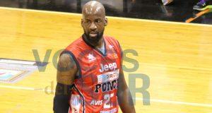 El refuerzo comunitarios Johan Petro ocupa la posición de centro en el equipo de Ponce.