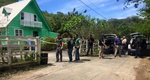 Agentes de la Policía investigan la escena de un triple asesinato en Cabo Rojo.