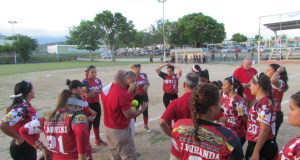 El director técnico de las Sureñas explica a sus jugadores los planes de juego.