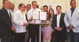 """El Gobernador firmó el proyecto de ley para nombrar las carreteras PR-100 y 301 en Cabo Rojo como la avenida Antonio """"Tony"""" Fas Alzamora. (Voces del Sur)"""