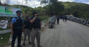 Un agente de la Policía graba las acciones de los manifestantes que se oponen al depósito de cenizas en Peñuelas.