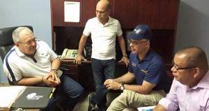 El superintendente de la Policía, José Caldero, se reunió este domingo con el alcalde de Santa Isabel, Enrique Questell; el comandante del área de Ponce, coronel Héctor Agosto; y el superintendente auxiliar en Operaciones de Campo, coronel Orlando Meléndez, entre otros directivos.