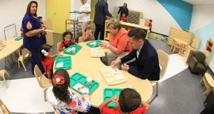 La alcaldesa de Ponce, María Meléndez Altieri, y el director del Programa Head Start, Javier Negrón Olivieri, comparten con niños en el nuevo centro.