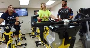 Los participantes del estudio realizan una rutina de ejercicios en una bicicleta estacionaria por 30 minutos, bajo la supervisión de un entrenador. (Suministrada / Med Centro)