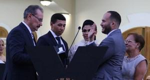 El alcalde Angel Luis Torres Ortiz fue juramentado por el licenciado Bacilio Torres. (Voces del Sur / Pedro A. Menéndez Sanabria)